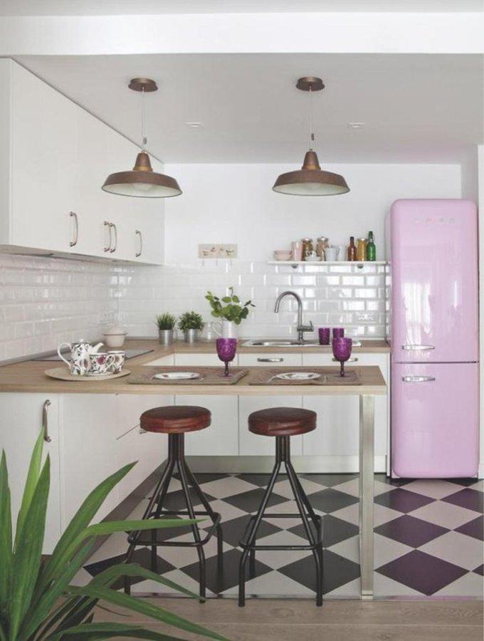 cocina con nevera smeg rosa