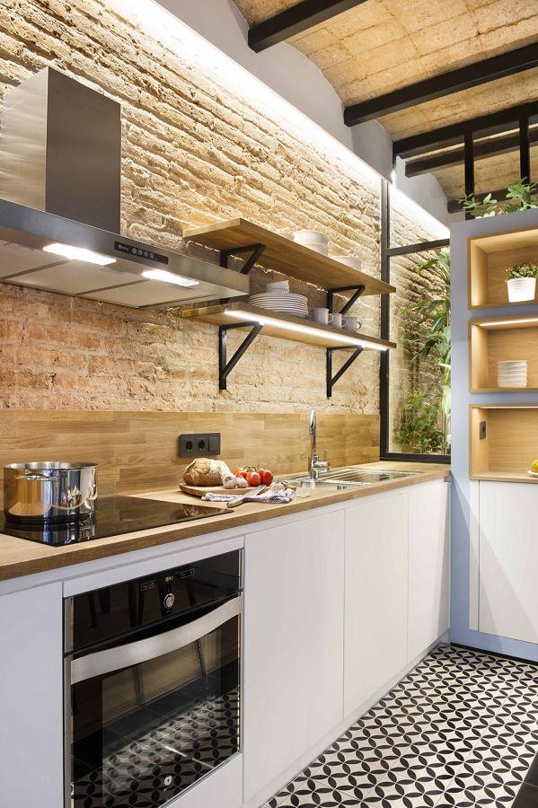 Cocina con pared de ladrillo visto y suelo vinilo