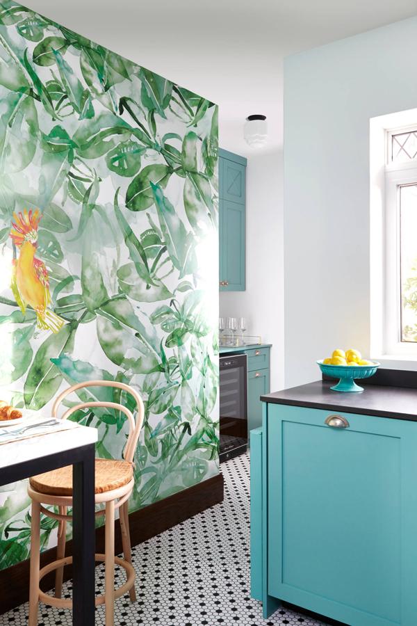 Foto cocina con pared de papel pintado con motivos for Papel para pared de cocina