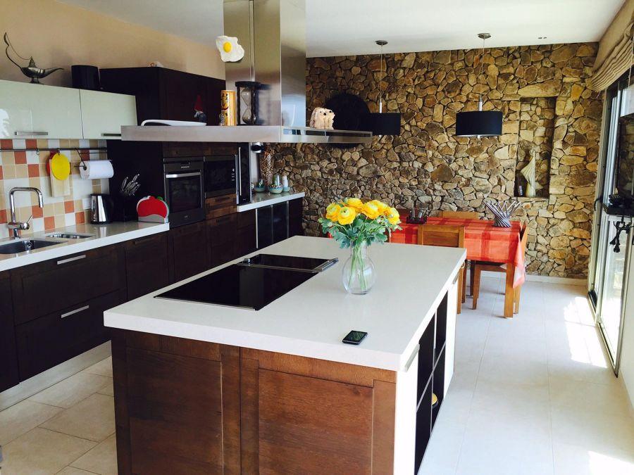 Cocina con pared de piedra