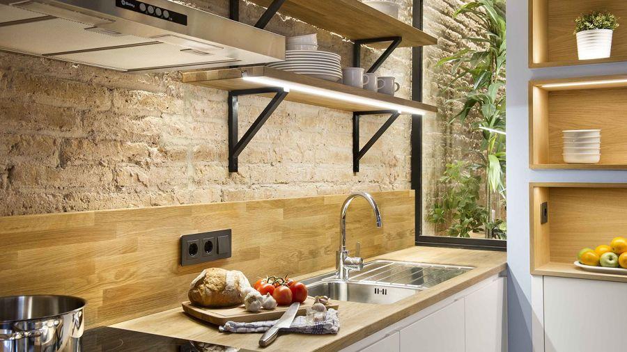 Cocina con pared de piedra y madera