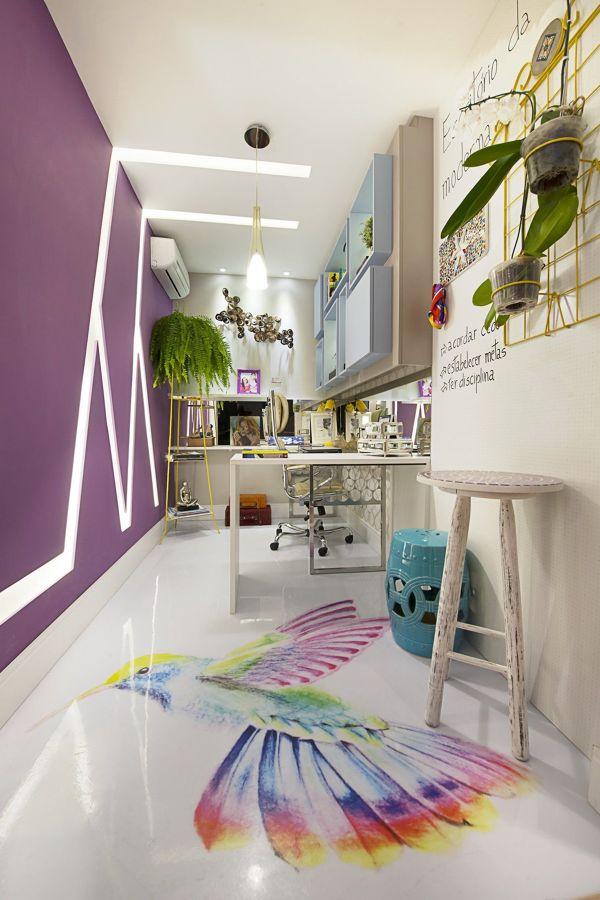 Habitación con pared en lila