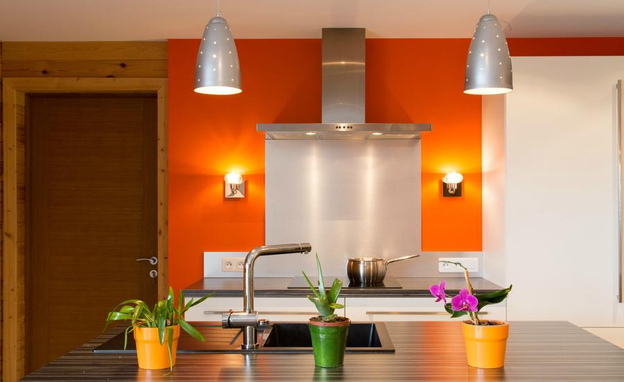 8 reglas para usar los colores en tu cocina ideas pintores - Pared naranja combina con ...
