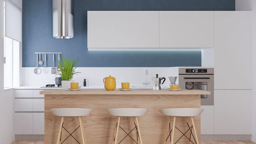 Cocina con pared pintada en azul