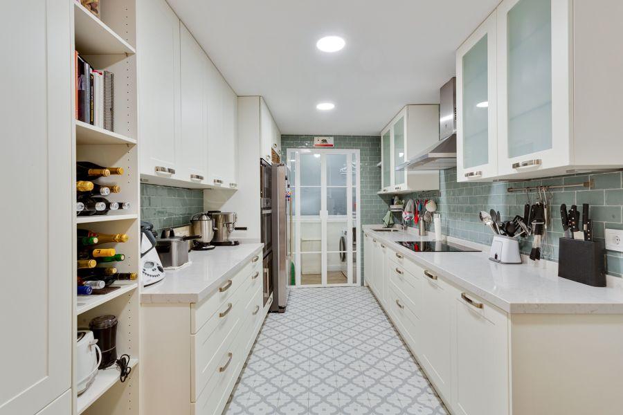 Cocina con planta rectangular y electrodomésticos