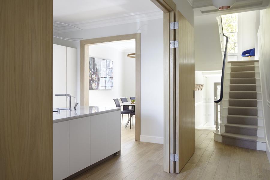 Foto cocina con puertas abatibles de lola mulledy - Puerta abatible cocina ...