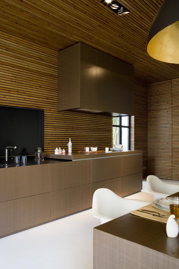 Cocina con revestimiento de madera