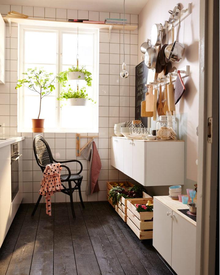 cocina con rieles y pomos en pared para completar el almacenaje