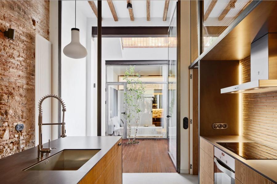 Una casa con patio en el barrio de gr cia ideas arquitectos - Cocinas con salida al patio ...