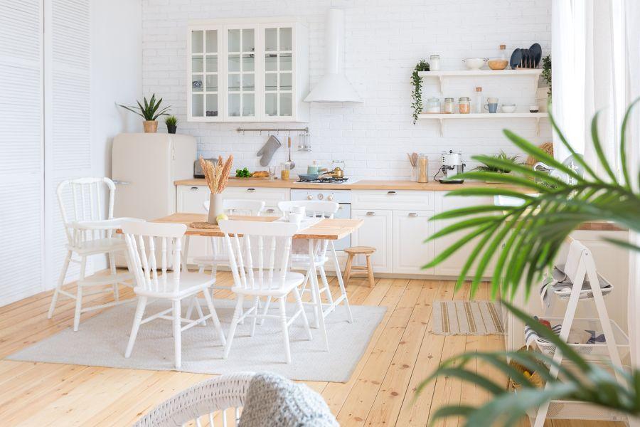 Cocina con suelo de madera y estilo nórdico