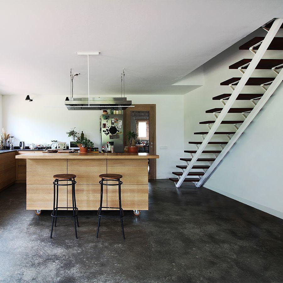 Cocina con suelo de microcemento