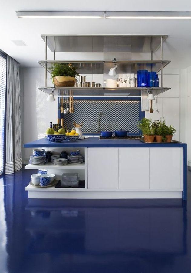 Cocina con suelo y encimera en azul