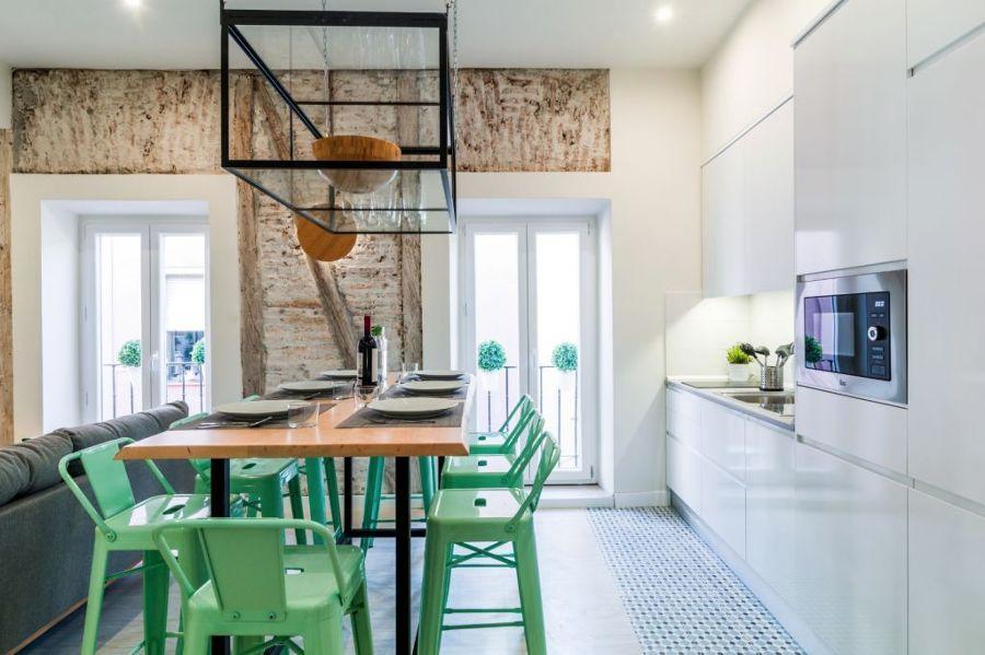 Cocina con taburetes verdes