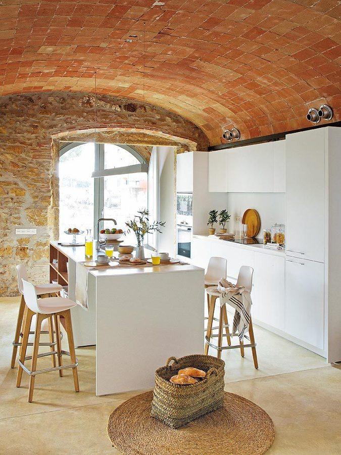 Cocina con techo abovedado y de ladrillo