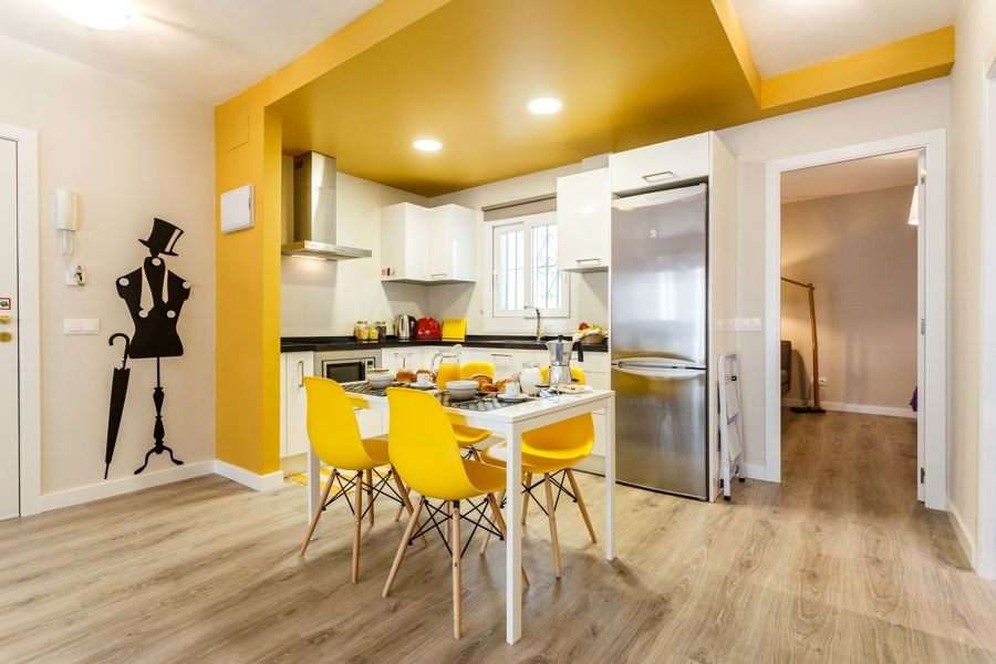 Cocina con techo amarillo