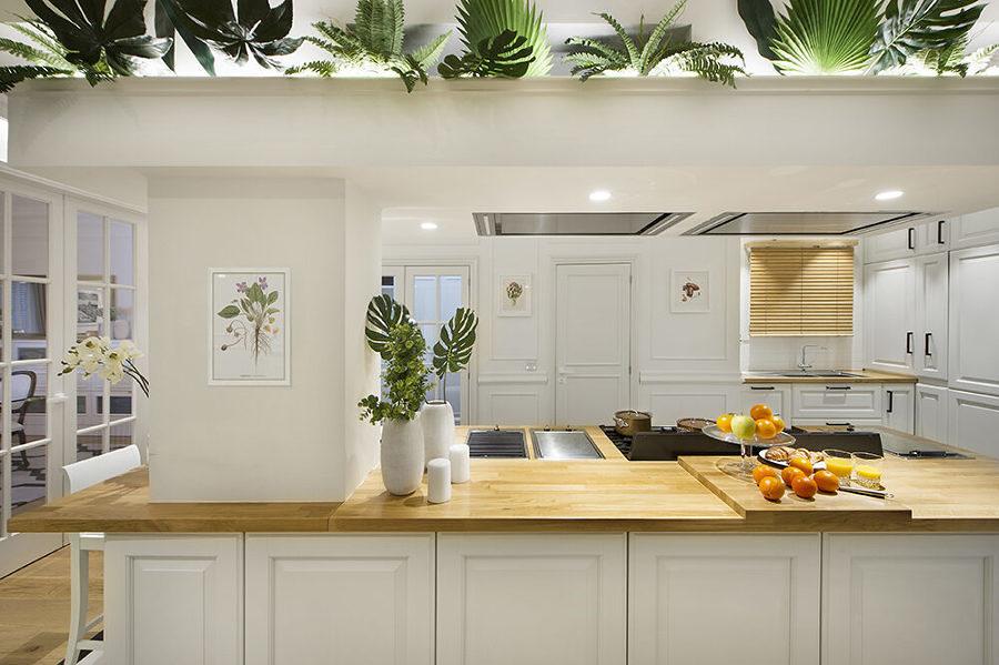 Cocina con vegetación en un altillo