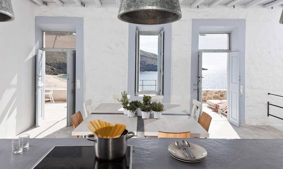 Cocina con ventanas abiertas al mar