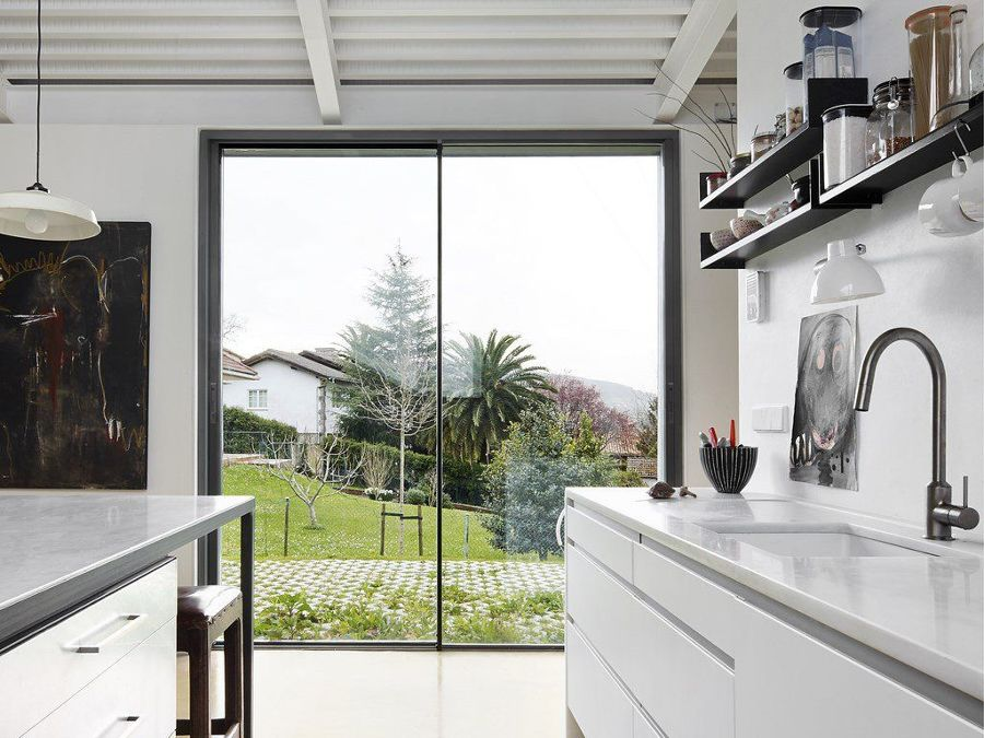 Cocina contemporánea con gran ventanal al jardín