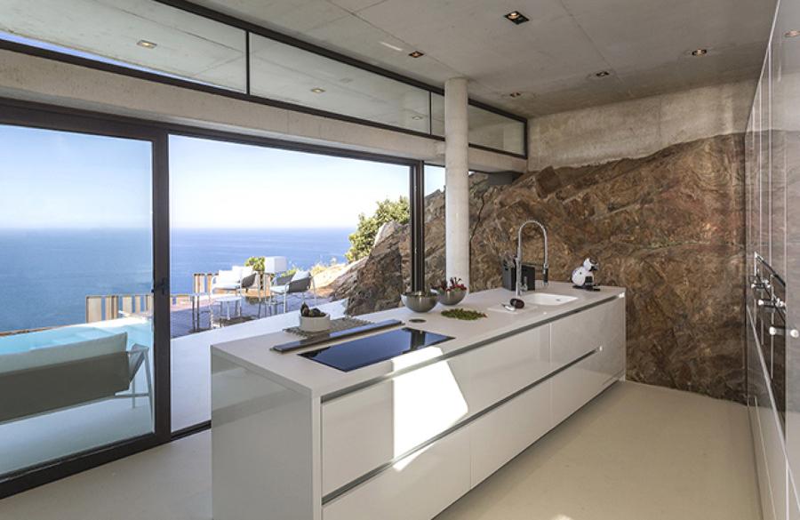 D jate seducir por la cocina de este espectacular chalet for Vistas de cocinas