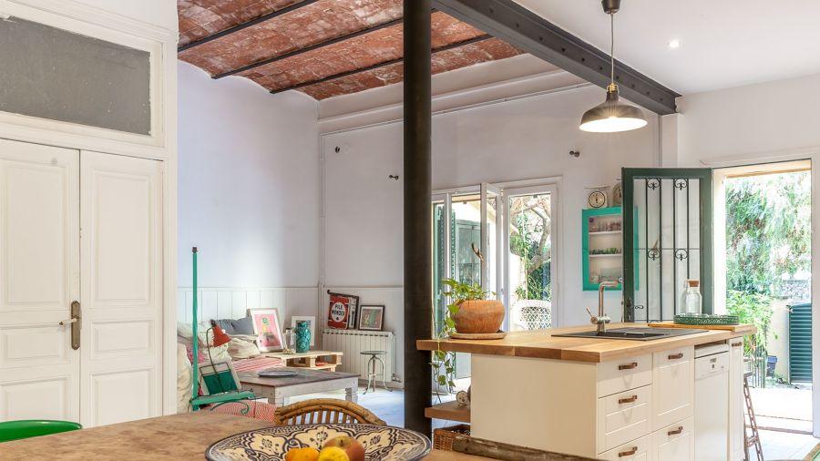 cocina de casa antigua reformada con muebles pintados