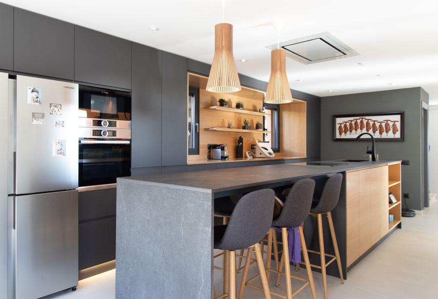 Cocina de estilo contemporáneo con barra
