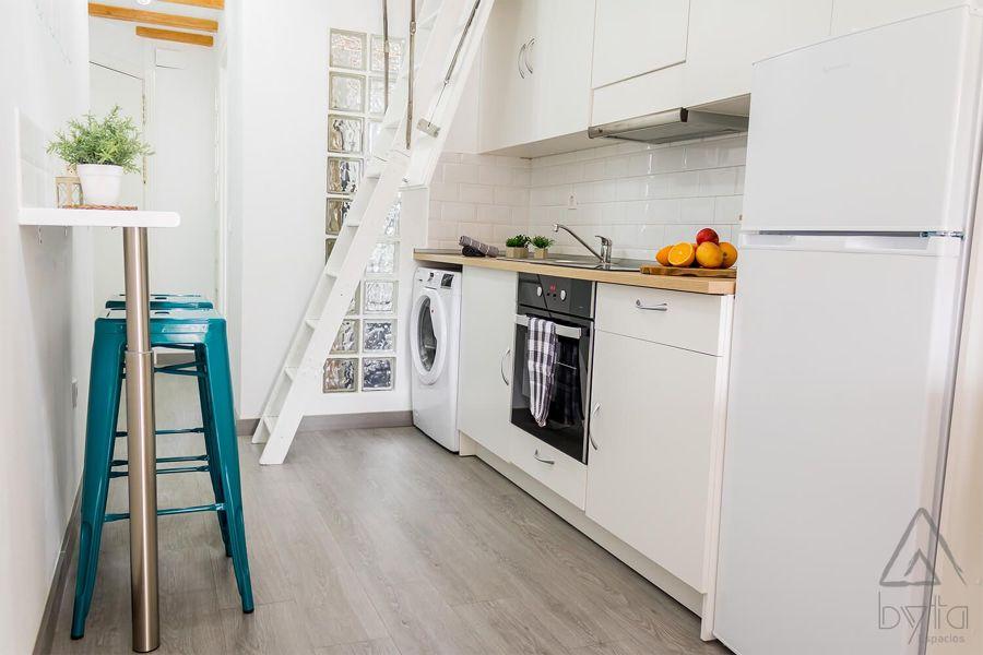 Cocina de estilo funcional en blanco