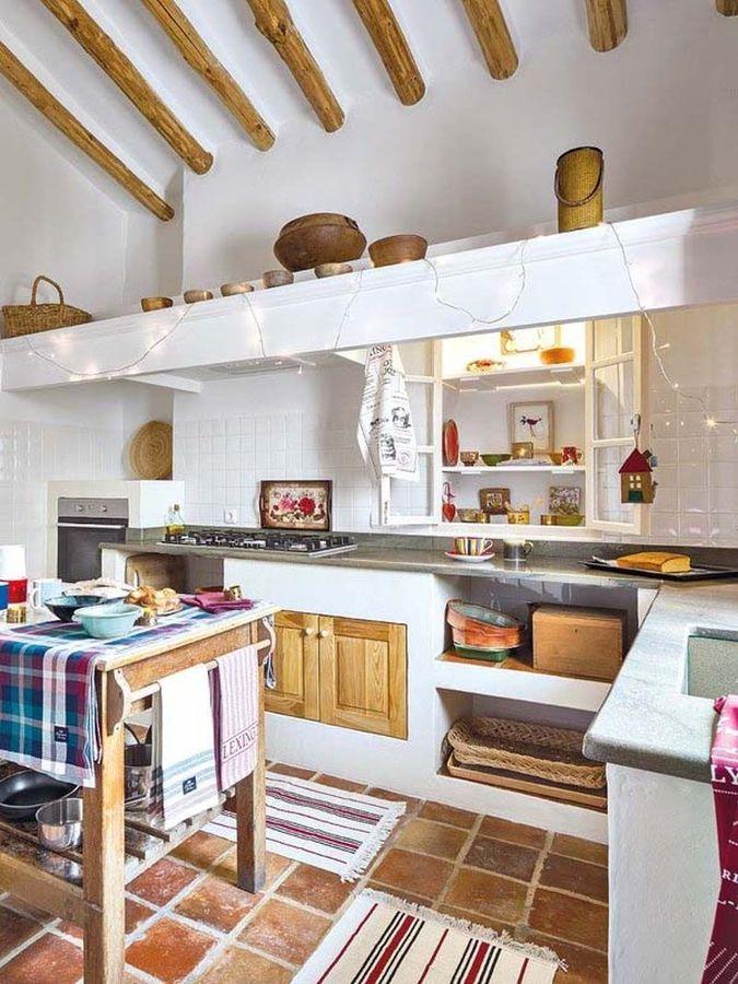 Cocina de estilo mediterráneo con madera y piedra