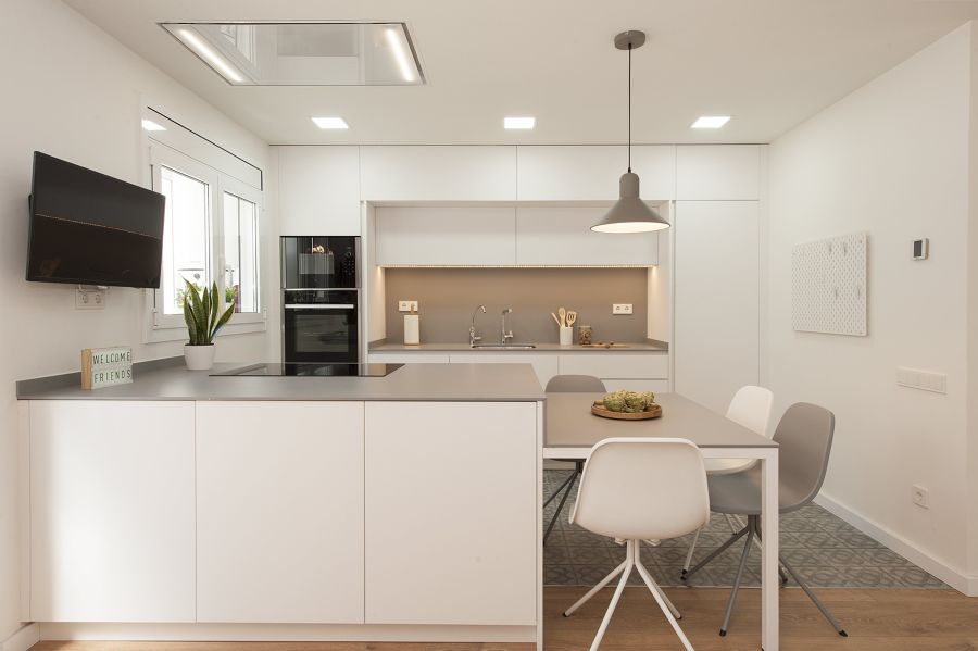 Cocina de estilo urbano en blanco