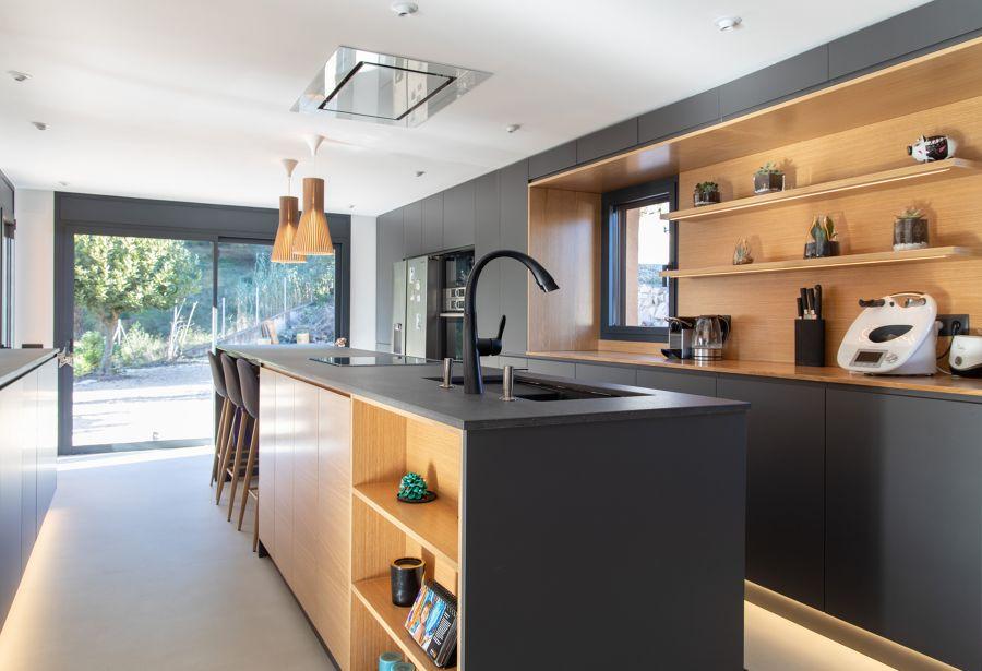 Cocina de estilo urbano en gris y madera