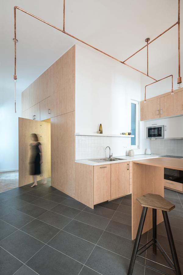 Cocina de madera abierta al espacio