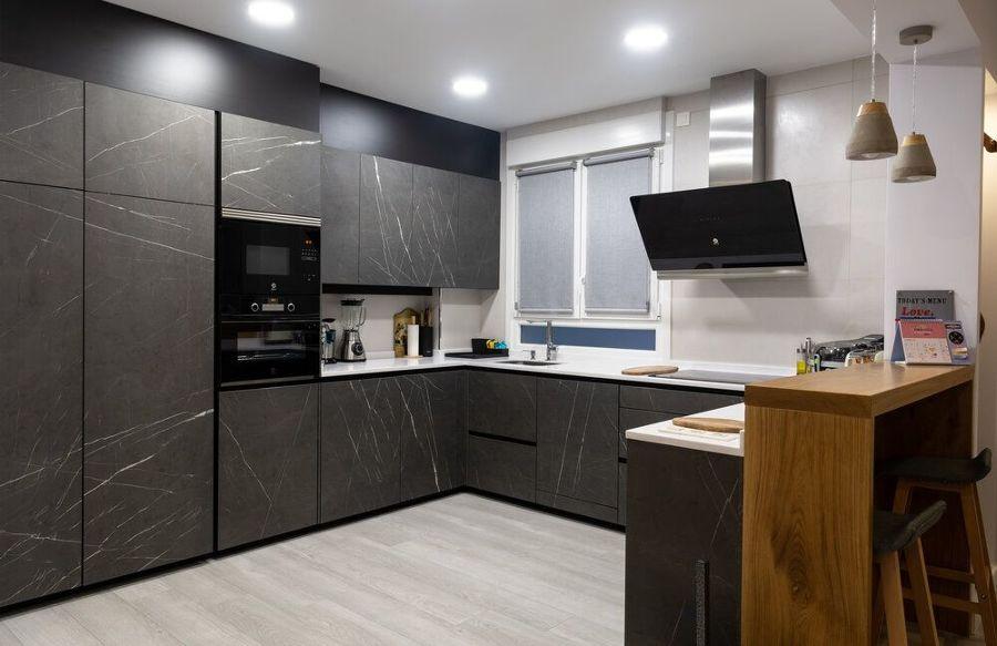 Cocina de suelo claro y muebles oscuros