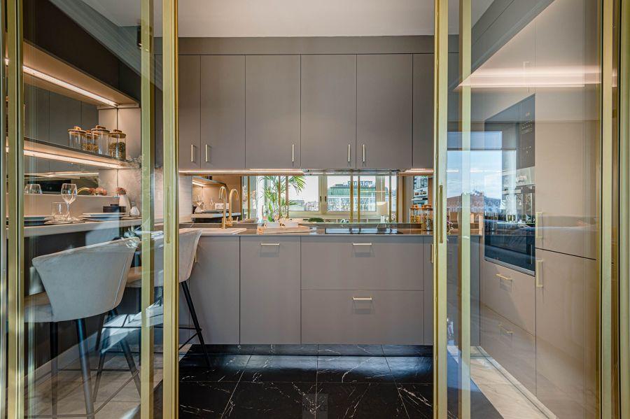 Cocina elegante con mobiliario gris y espejos