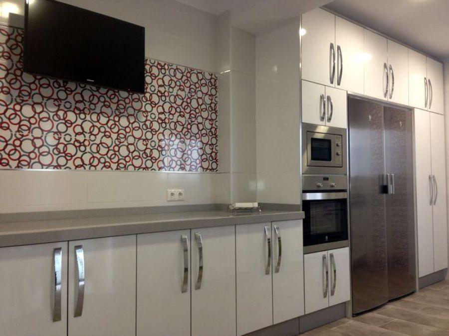 Cocina a medida con puertas blancas alto brillo ideas - Cocinas blancas brillo ...