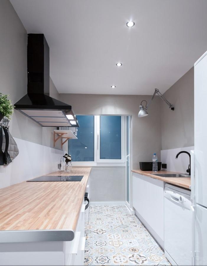 Foto cocina en dos frentes con suelo imitaci n baldosa for Baldosas cocina