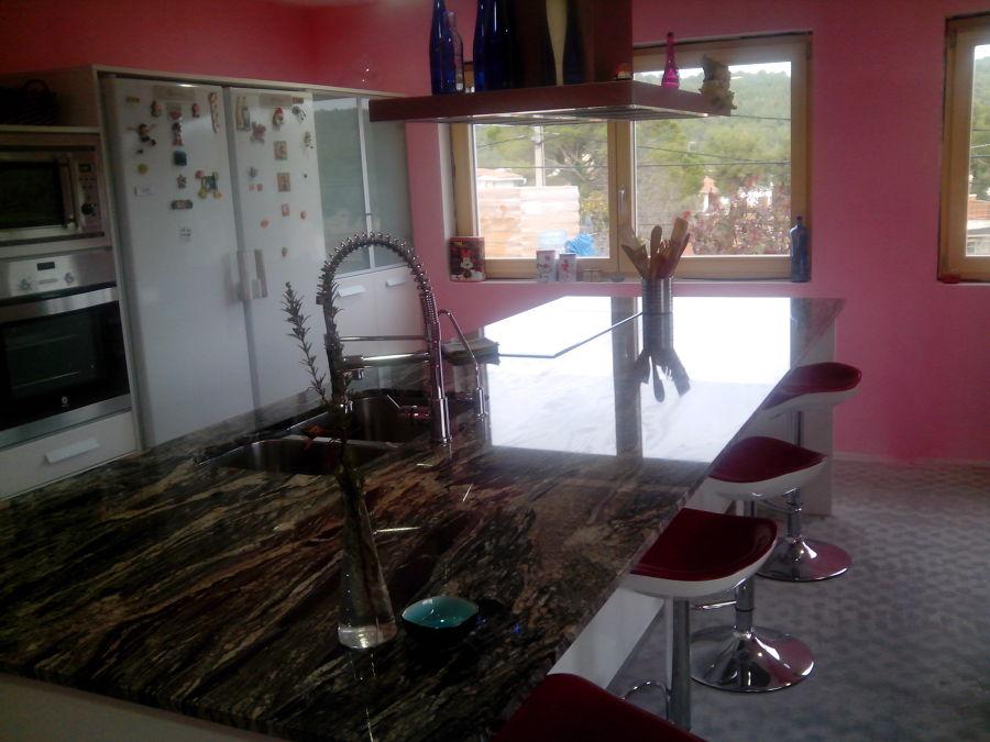 Foto cocina en granito kinawa lagoa de m rmoles - Marmoles en valladolid ...