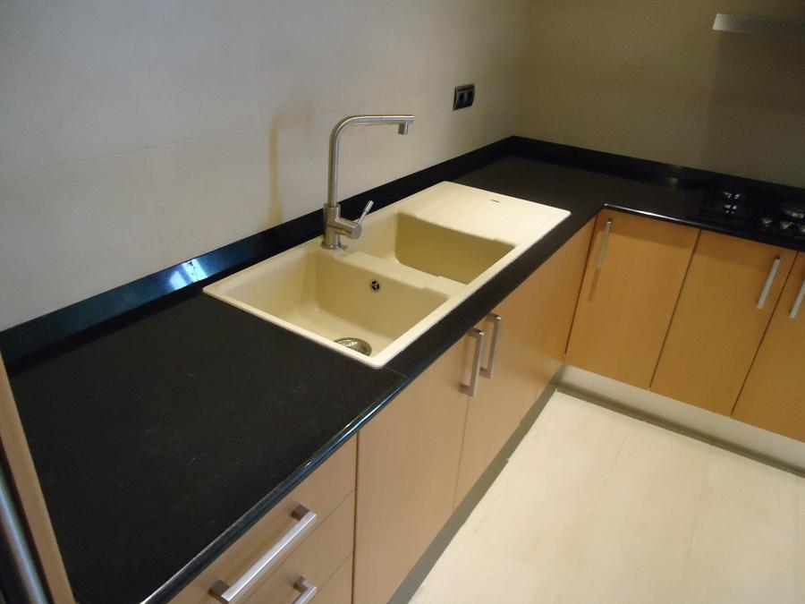 Foto cocina en granito negro intenso de m rmoles for Granito negro intenso