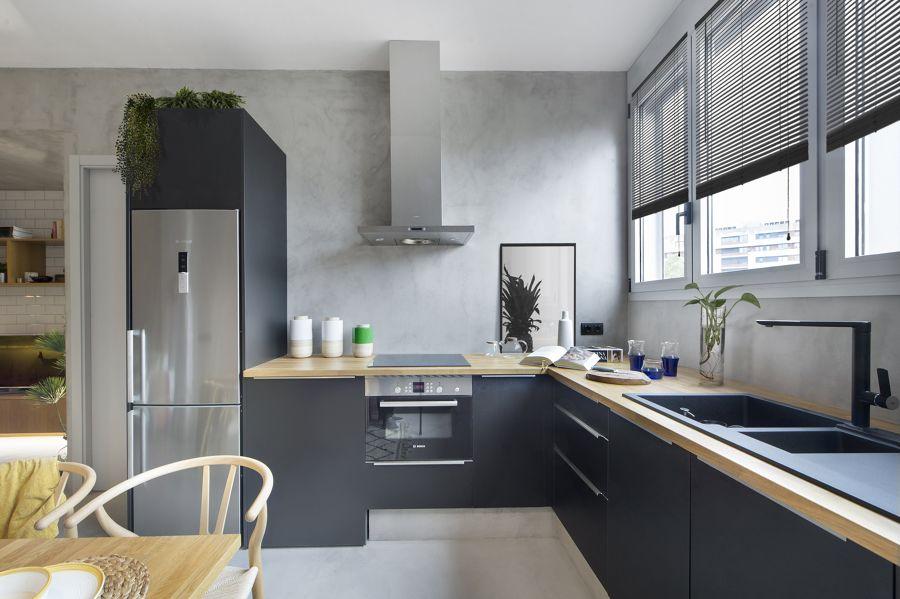 Cocina en gris y encimera en madera