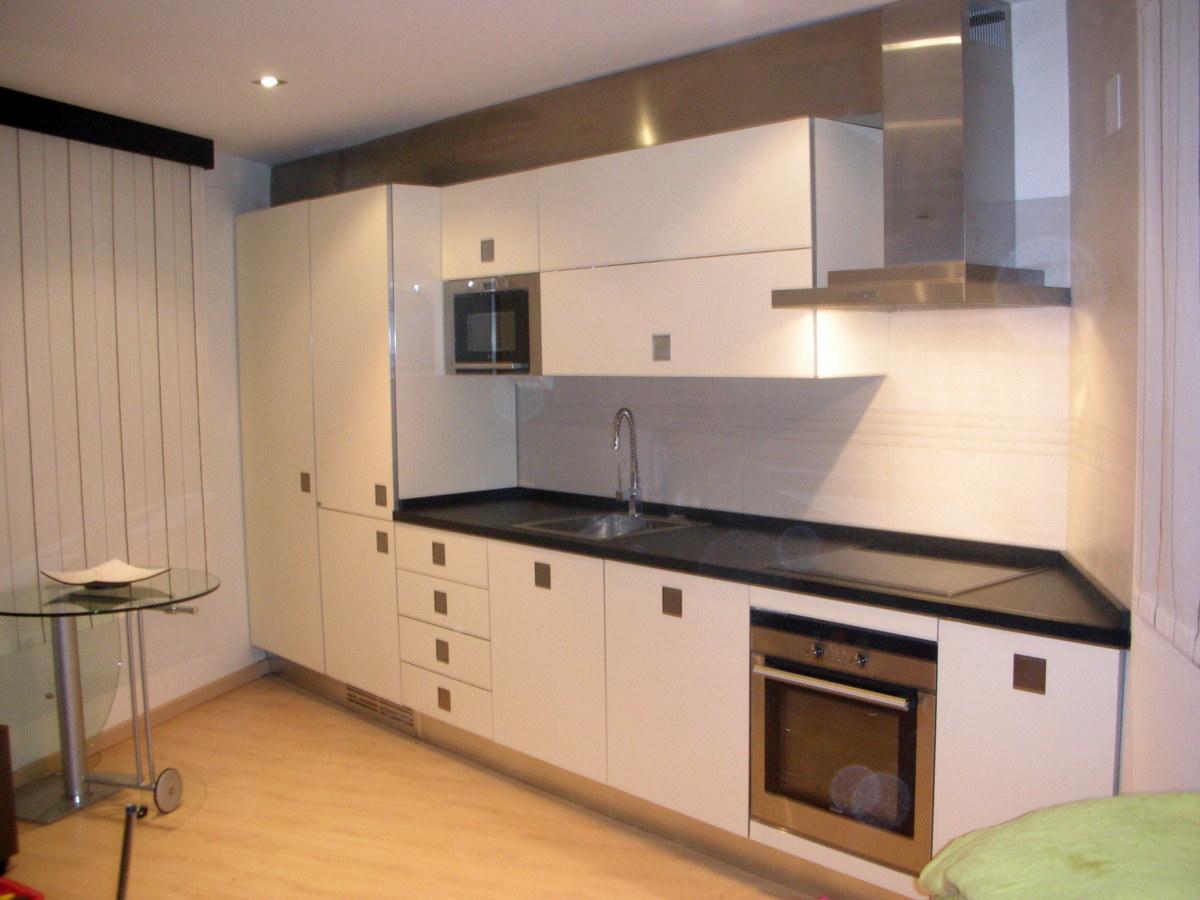 Loft reformado por mobles bustos ideas reformas cocinas for Cocinas lineales de cuatro metros