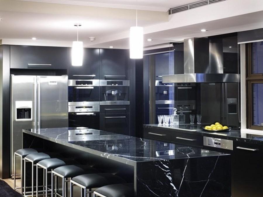 Foto cocina en negro marquina de isan natural stone s l for Marmol negro marquina