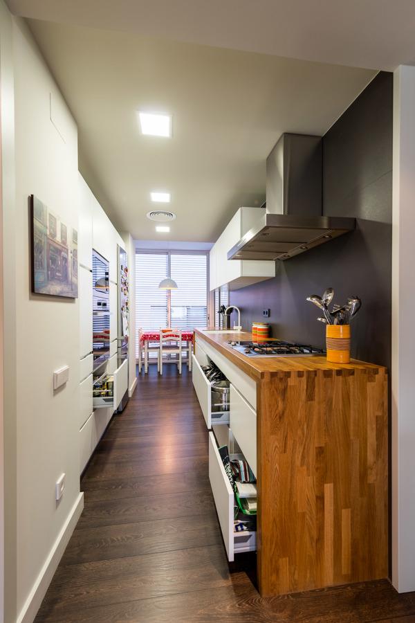 La reforma de un piso funcional y de estilo moderno - Cocinas en paralelo ...