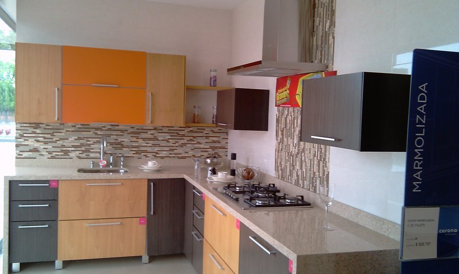 cocina en tres colores y azulejos de tres tonos
