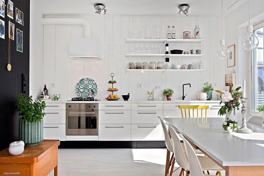 cocina en un frente con estanteras vistas