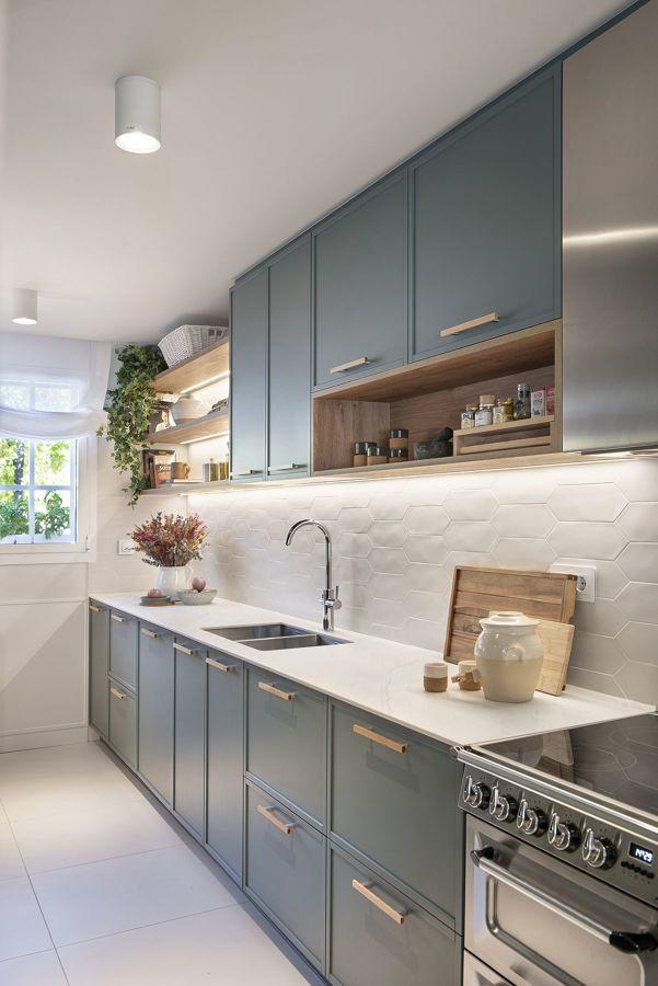 Cocina en verde con mobiliario hasta el techo