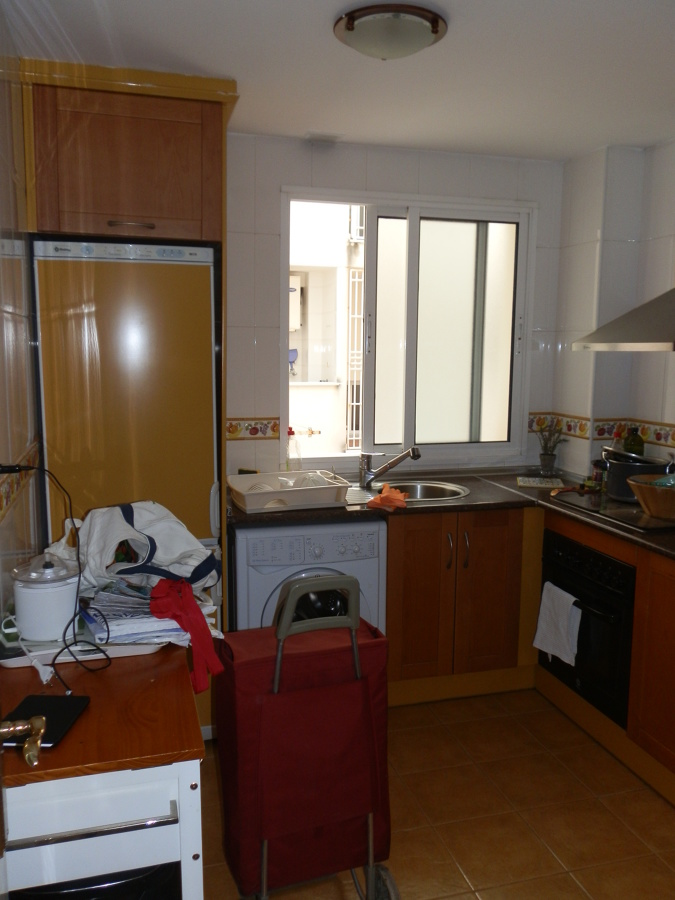Reforma de cocina nuevo mobiliario e integraci n con sal n for Cocinas marbella