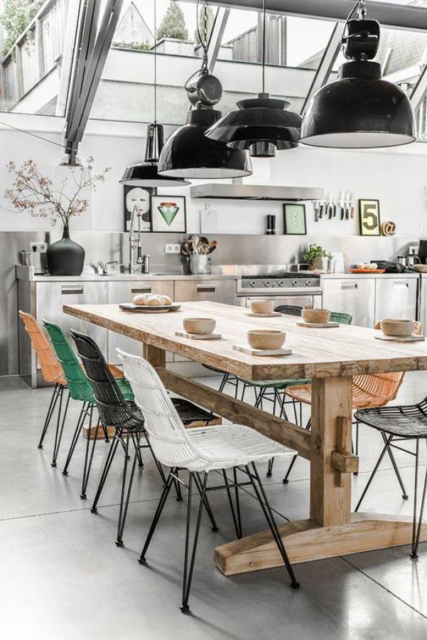 Cocina estilo industrial con mesa