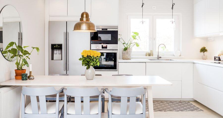 Cocina estilo moderno en blanco con mesa comedor