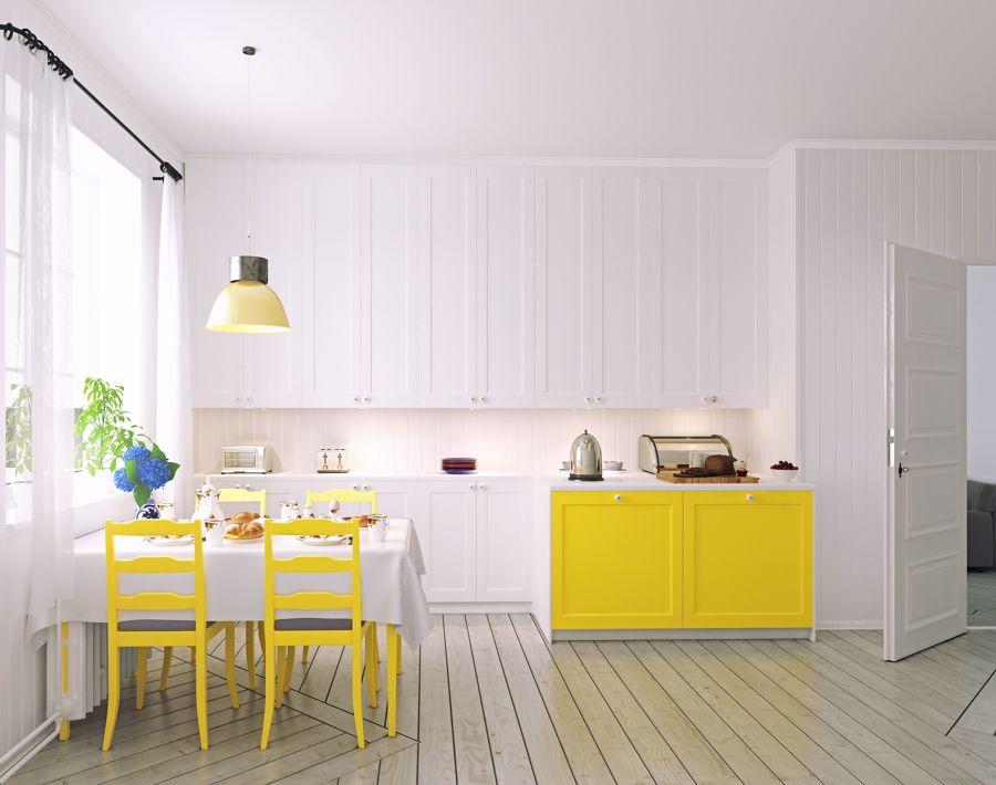 Cocina estilo nórdico con mobiliario y sillas en amarillo