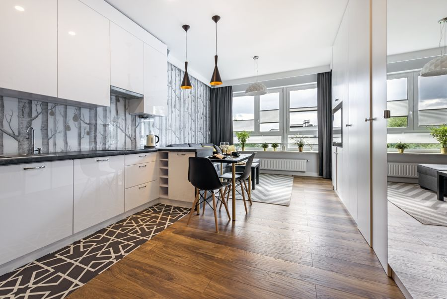 Cocina estilo vanguardista y suelo de madera