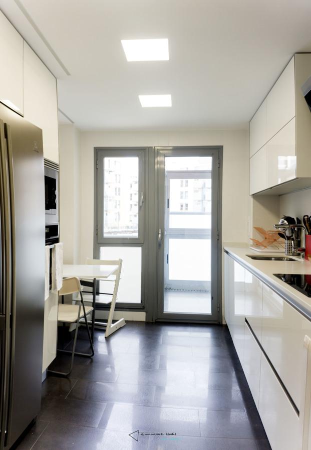 Foto cocina funcional en blanco y gris de emmme studio - Emmme studio ...
