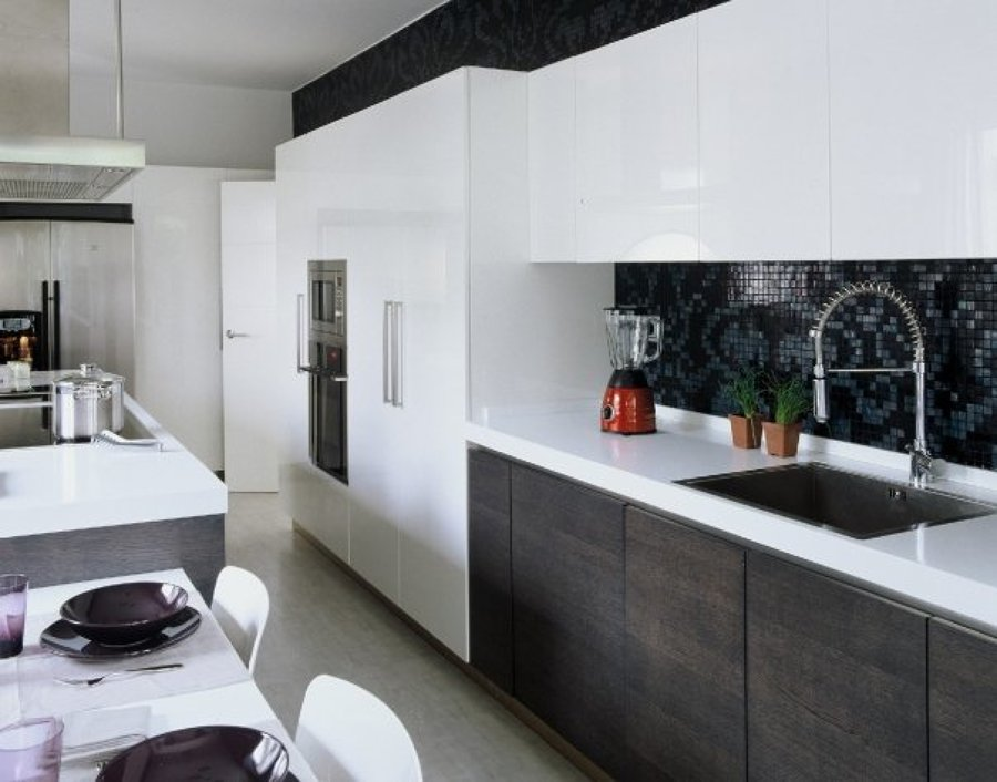 cocina lacada Giemmegi Cucine y pared panelada con mosaico Bisaza